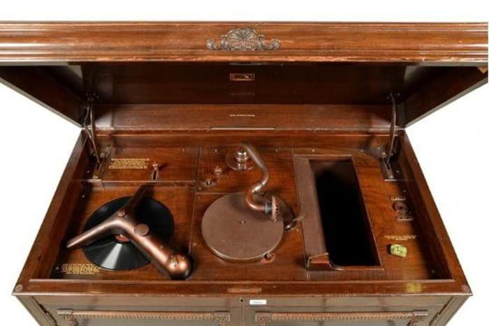 Gramophone top open.jpg